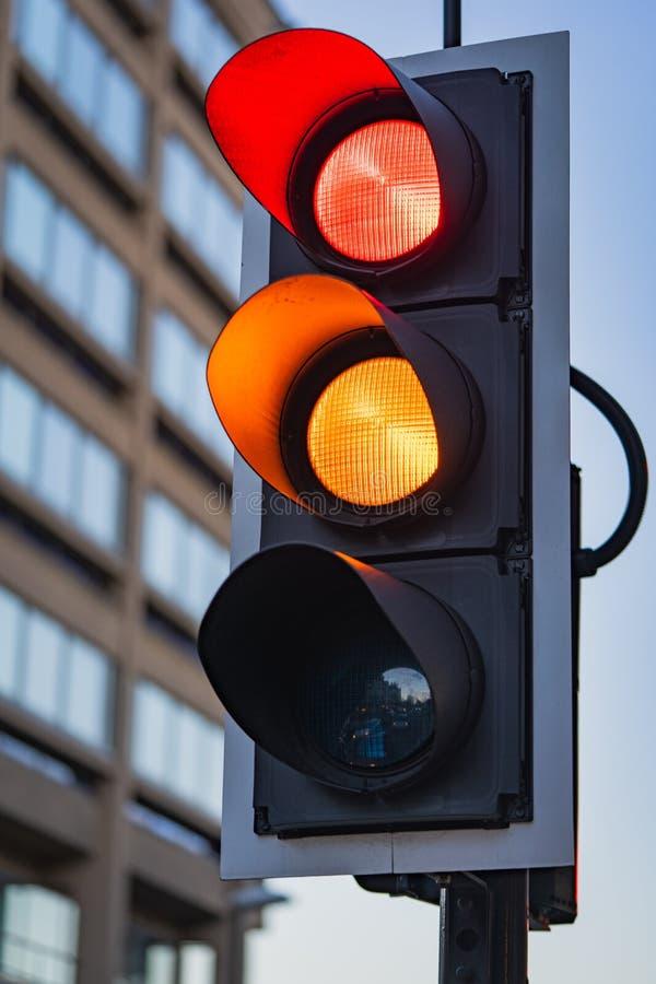 Rött och Amber Traffic Lights arkivfoton