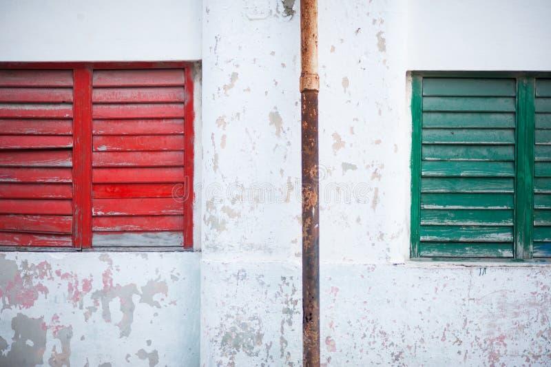 Rött och grönt fönster i Kuba royaltyfri fotografi