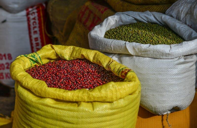 Rött och haricot vert som är till salu på den gamla marknaden royaltyfri foto
