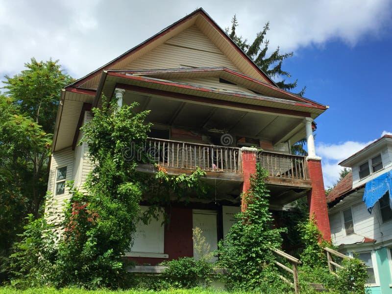 Rött och Vita Huset med trädtillväxt 01 royaltyfri foto