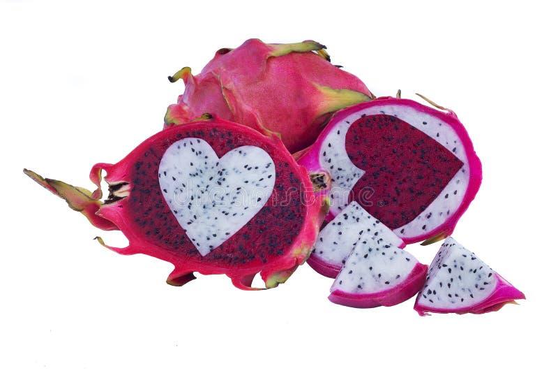 Rött och vitt drakefruktmellanlägg mitt emot färg av hjärtaform arkivfoto