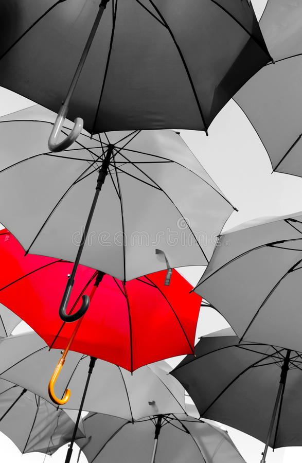 Rött paraply som ut står royaltyfri bild