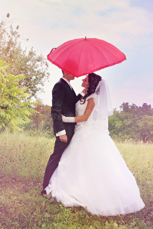 rött paraply under arkivfoto