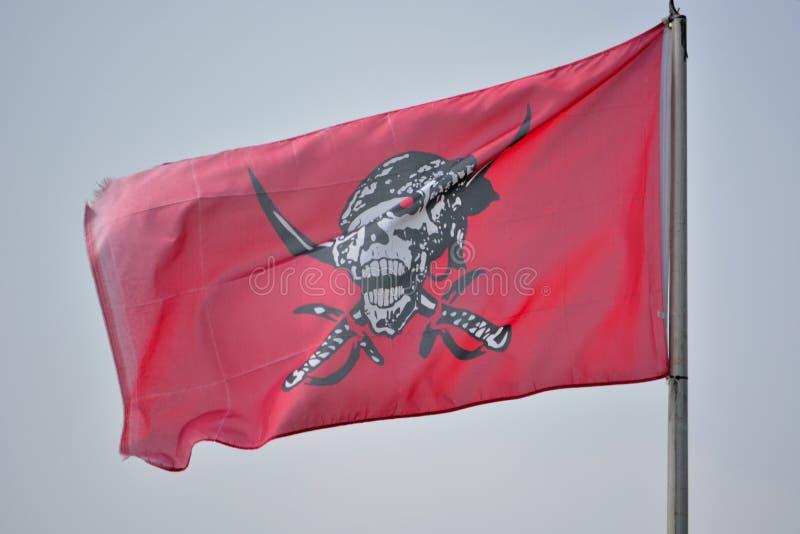 Rött piratkopiera flaggan fotografering för bildbyråer