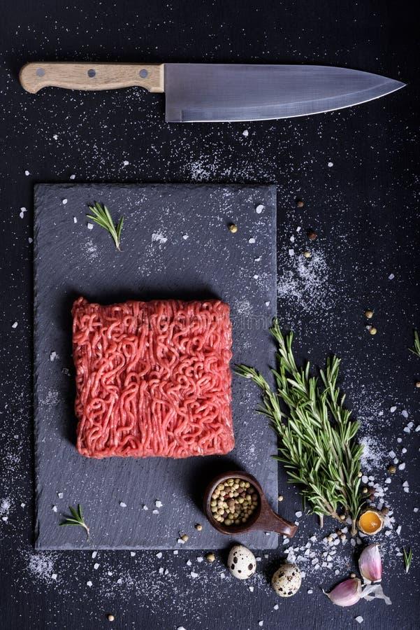 Rött rått nötkött som lagar mat ingredienser, kökkniv Top beskådar fotografering för bildbyråer
