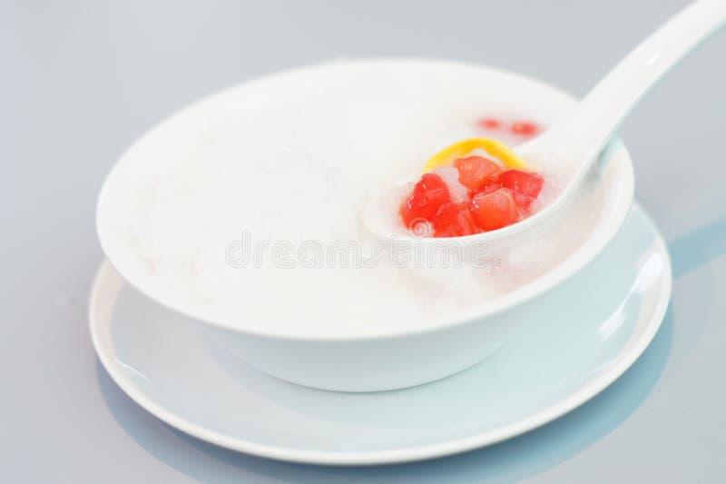 Rött rubin-som vattenkastanjen i kokosnöt mjölka royaltyfria bilder