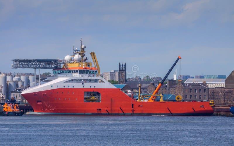 Rött skepp i hamn arkivfoto