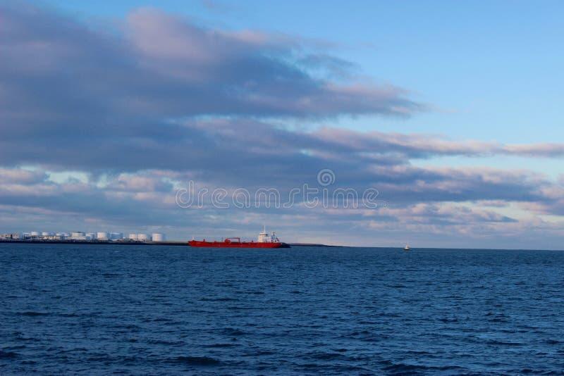 Rött skepp på havet royaltyfri bild