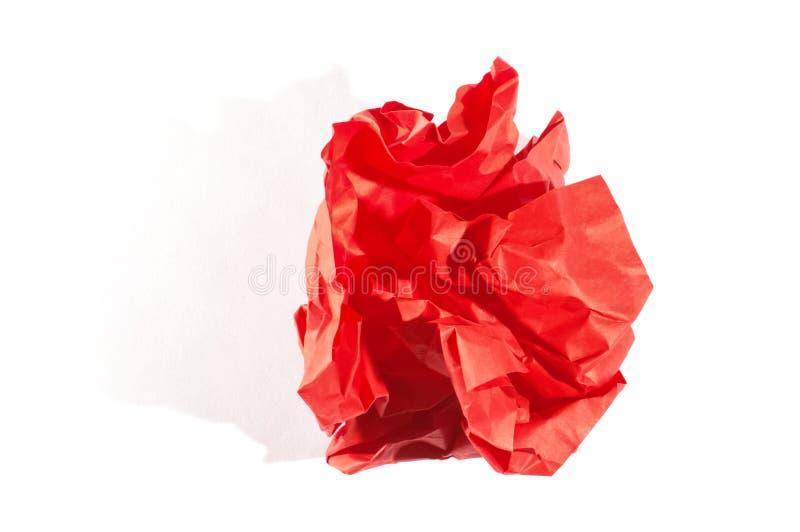 Rött skrynkligt ark av papper på den vita bakgrunden fotografering för bildbyråer