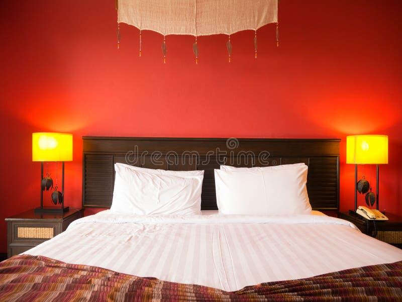 Rött sovrum royaltyfria bilder