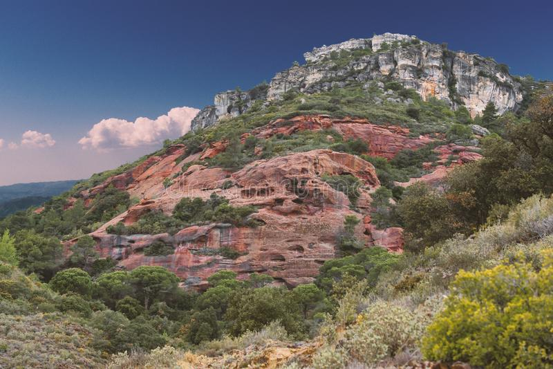 Rött stena berglandskapet på en solig dag med blå himmel royaltyfri bild