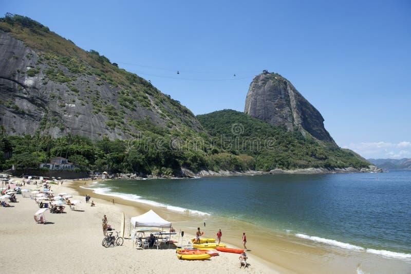 Rött strandSugarloaf berg Rio de Janeiro Brazil fotografering för bildbyråer