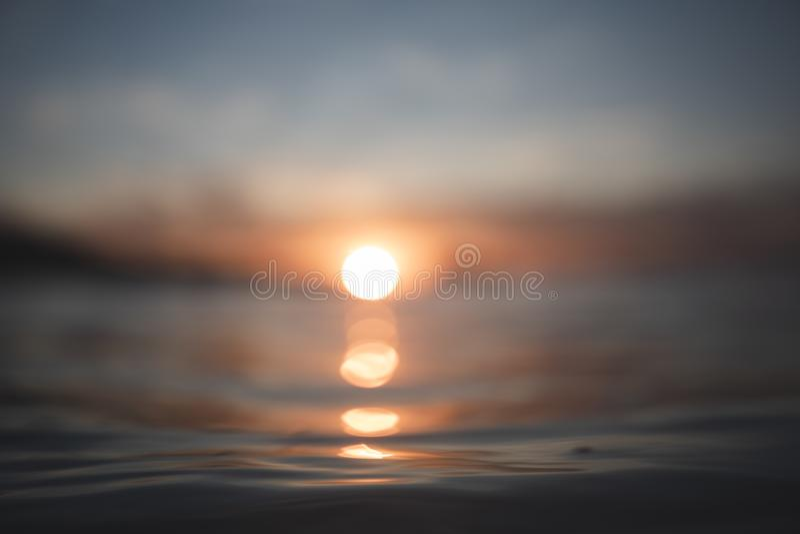 RÖTT SUNSET OCH REFLEKTIONER PÅ HAVET fotografering för bildbyråer