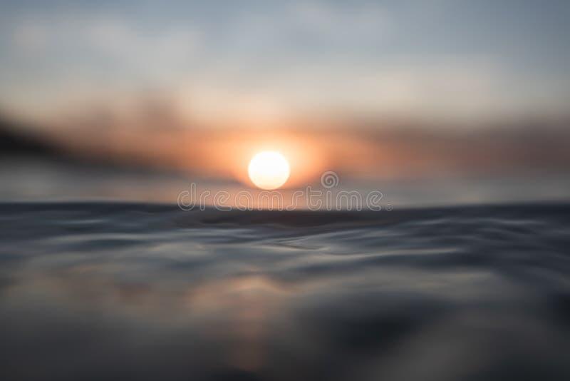 RÖTT SUNSET OCH REFLEKTIONER PÅ HAVET royaltyfri fotografi