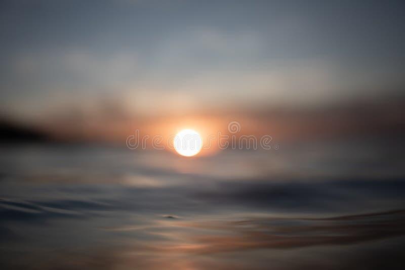 RÖTT SUNSET OCH REFLEKTIONER PÅ HAVET arkivfoton