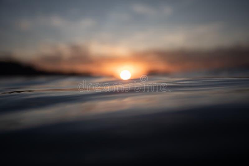 RÖTT SUNSET OCH REFLEKTIONER PÅ HAVET royaltyfria foton