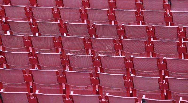 Rött töm stolar i stadion arkivbild
