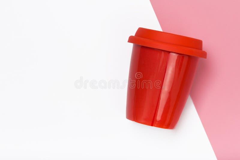 rött ta den bort kaffekoppen på färgrik bakgrund royaltyfri foto