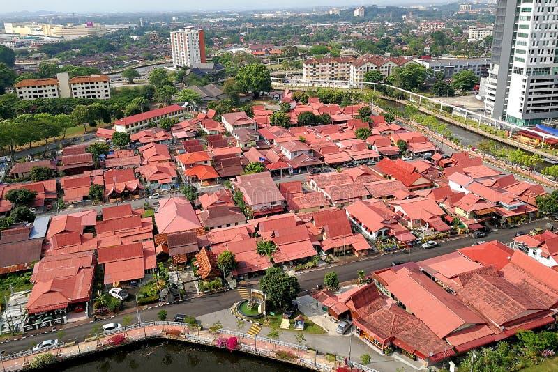 Rött tak på tappningbyn, Malacca royaltyfria bilder