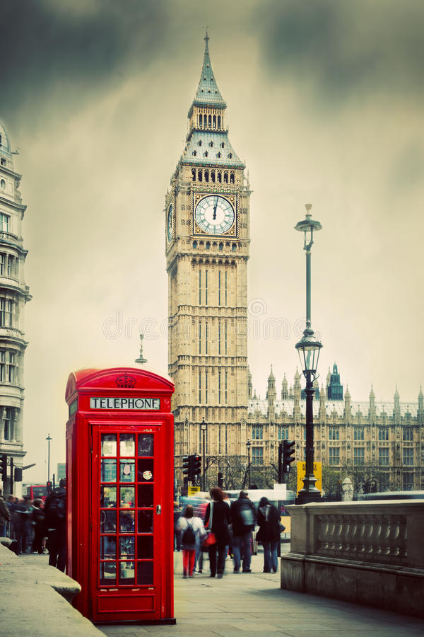 Rött telefonbås och Big Ben i London, UK. royaltyfri bild