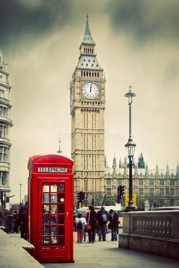 Rött telefonbås och Big Ben i London, UK. royaltyfri bild