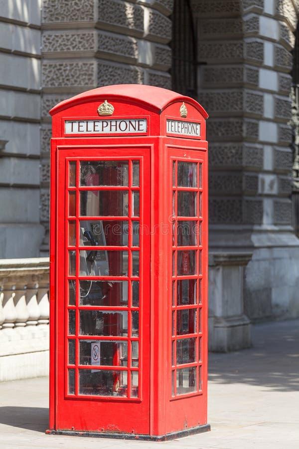 Rött telefonbås på gatan i staden, London, Förenade kungariket royaltyfria bilder