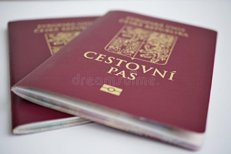 Rött tjeckiskt pass två med statliga symboler & x28; lejon och eagles& x29; och överskriftTjeckien arkivbild
