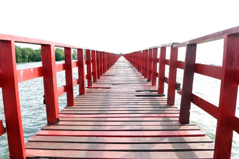 rött trä för bro arkivbilder
