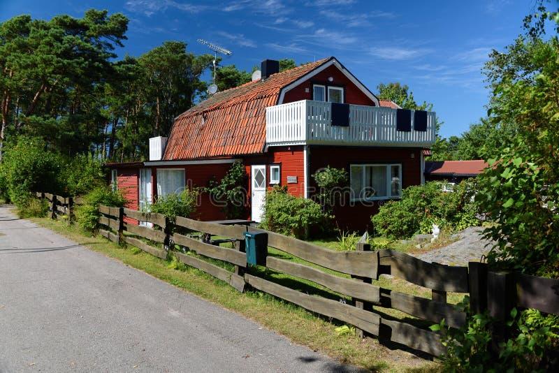 Rött trähus i Sverige fotografering för bildbyråer
