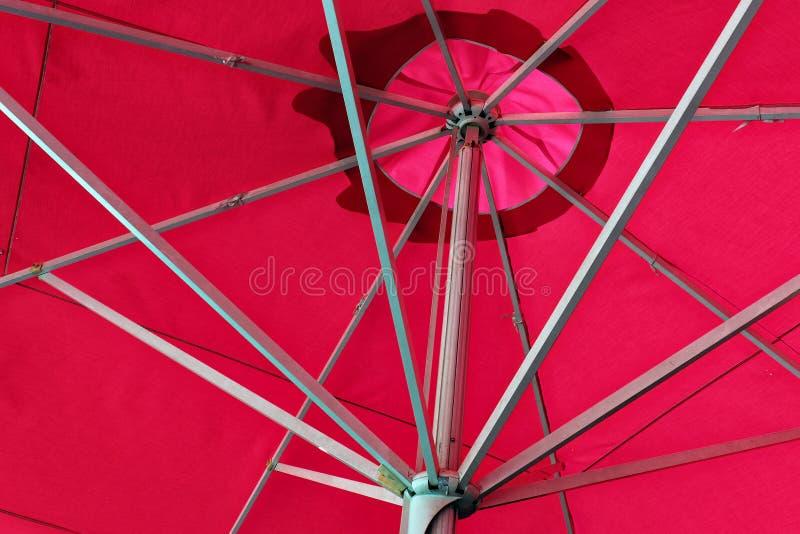 Rött utomhus- paraply arkivfoton