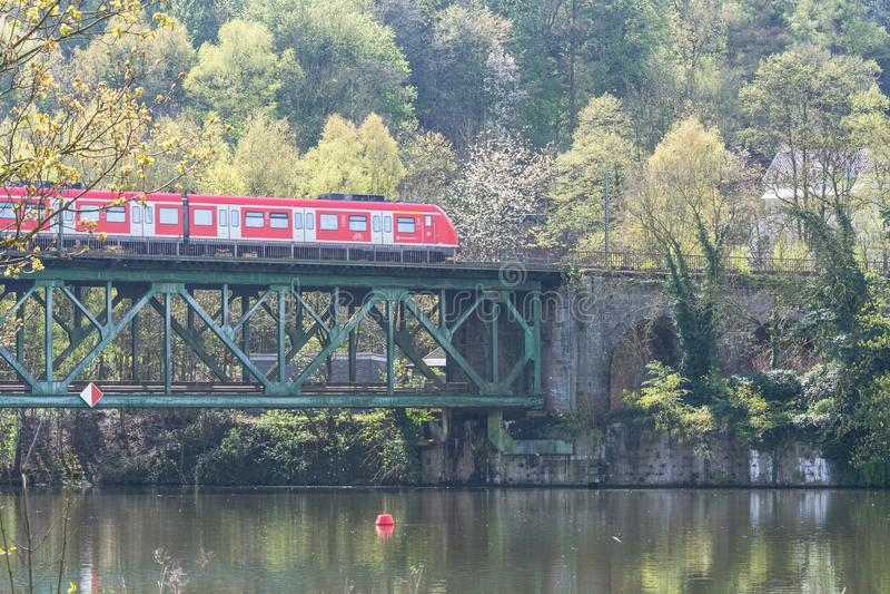 Rött uttryckligt drev på järnvägsbron i Essen Kettwig fotografering för bildbyråer
