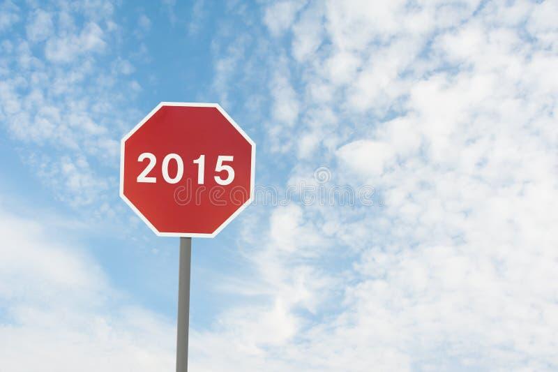 Rött vägmärke med en text av 2015 under himmel royaltyfri bild