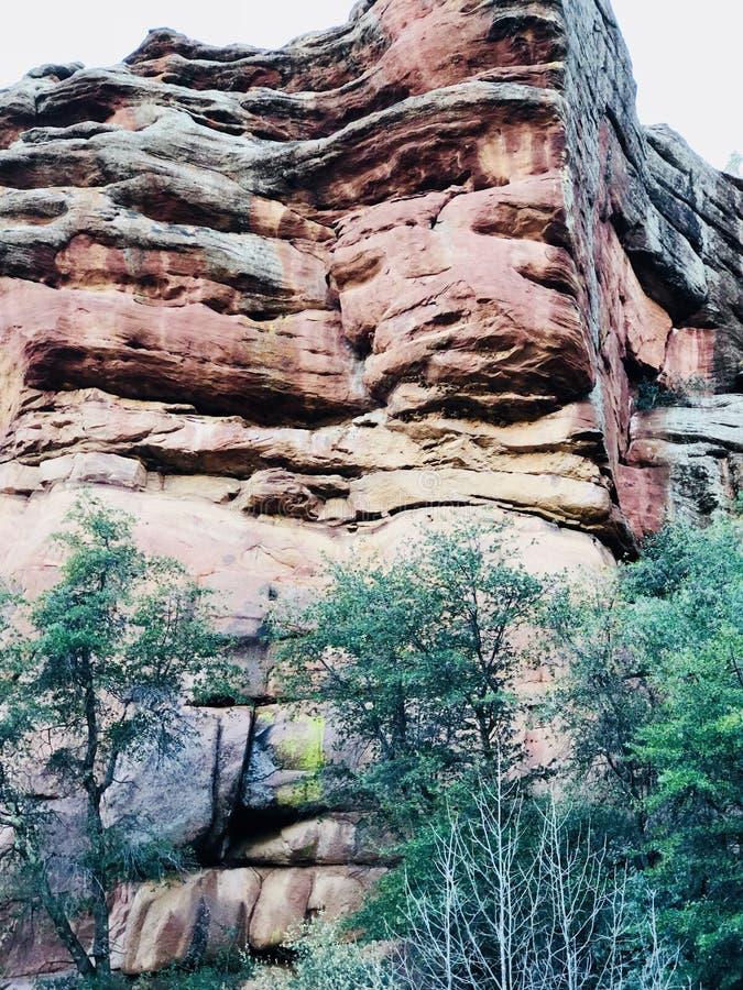 Rött vagga berget med träd arkivfoton