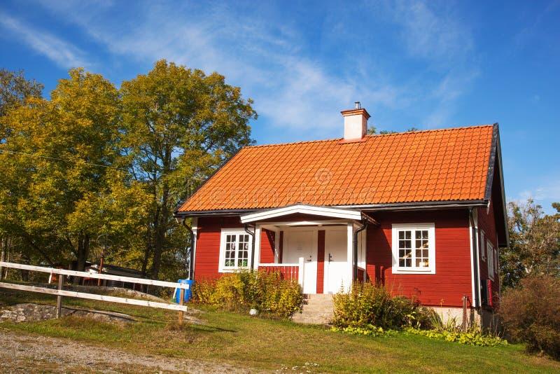 Rött vanligt hus i Sverige royaltyfri foto