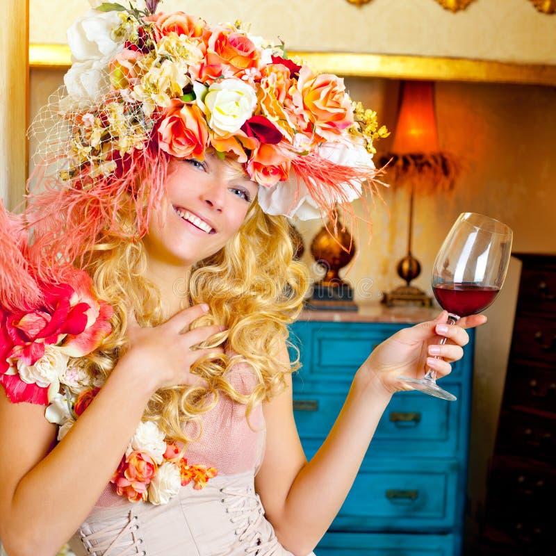 Rött vin för barock blond womand för mode dricka arkivfoto