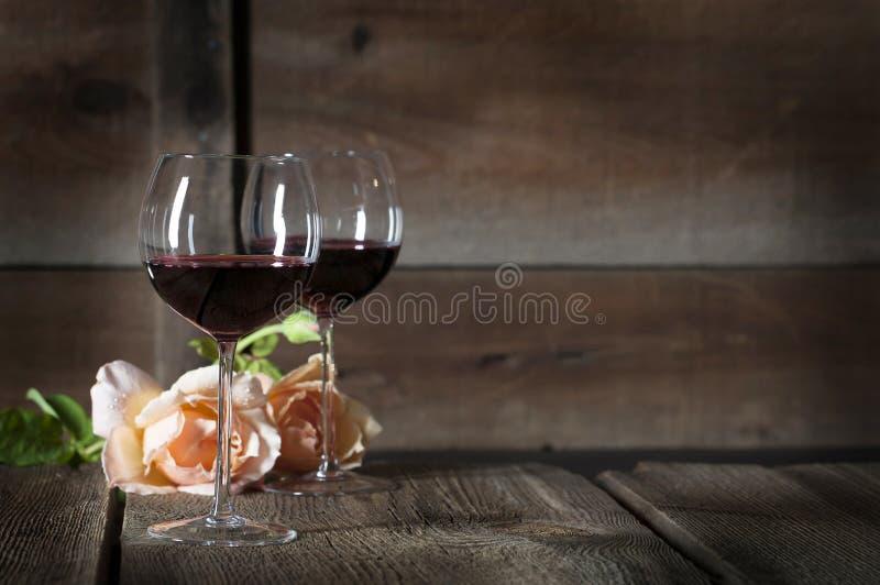 Rött vin i exponeringsglas 2 royaltyfri bild