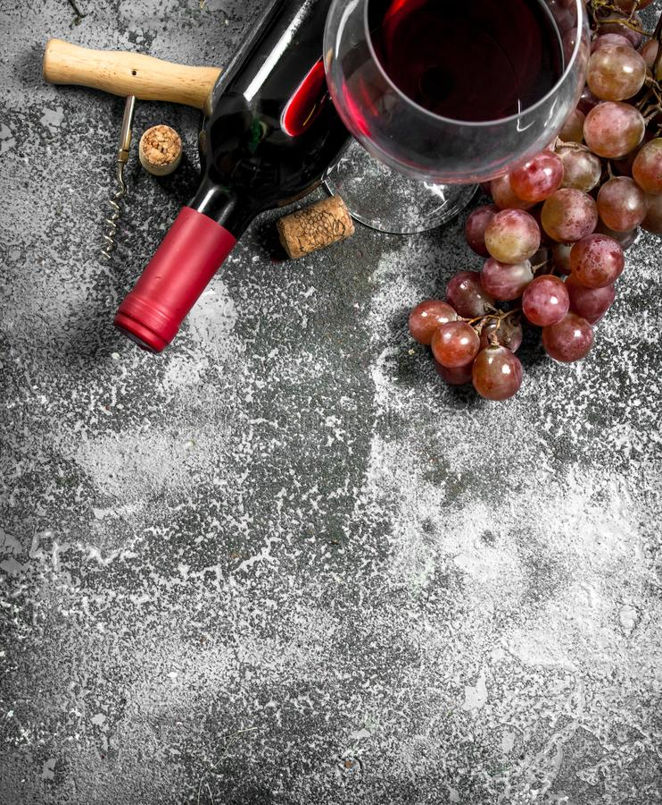 Rött vin med en korkskruv arkivbilder