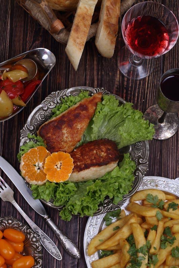 Rött vin- och hönafilén sände med en potatis och en vegetabl royaltyfri fotografi