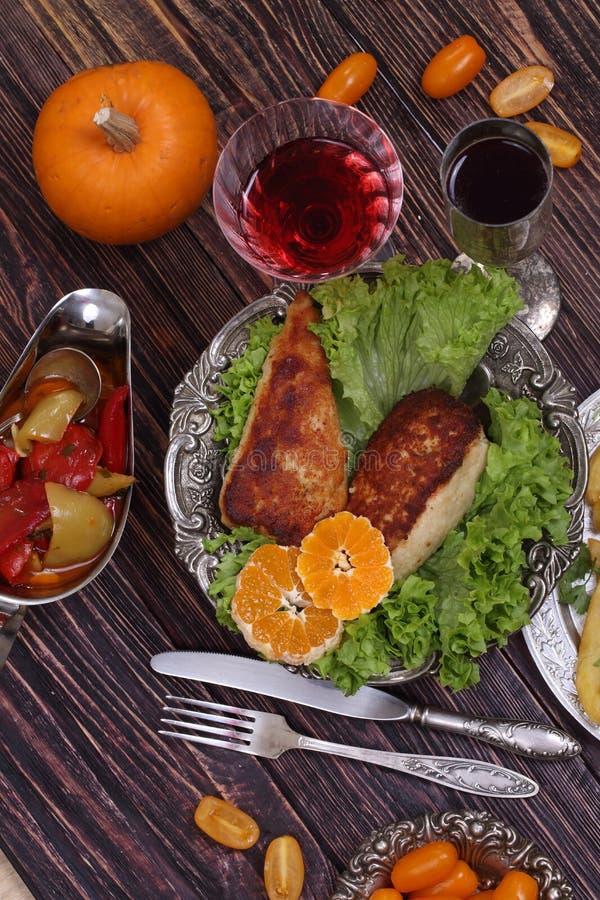 Rött vin- och hönafilén sände med en potatis och en vegetabl arkivfoto