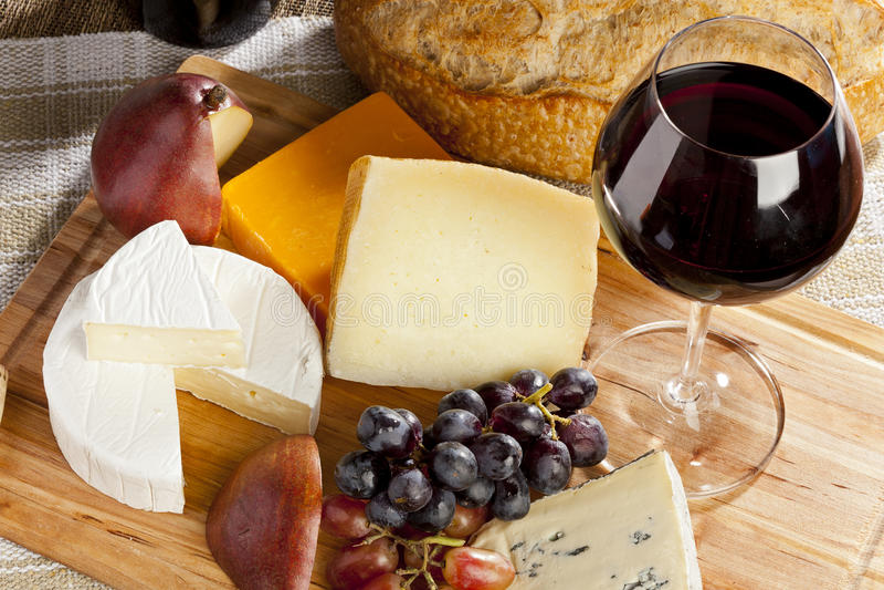 Rött vin- och ostplatta arkivbild