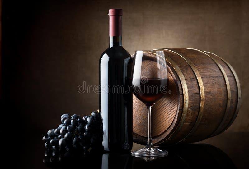 Rött vin och trätrumma royaltyfri fotografi