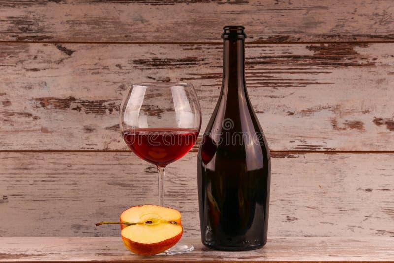 Rött vin på en svart bakgrund royaltyfria foton