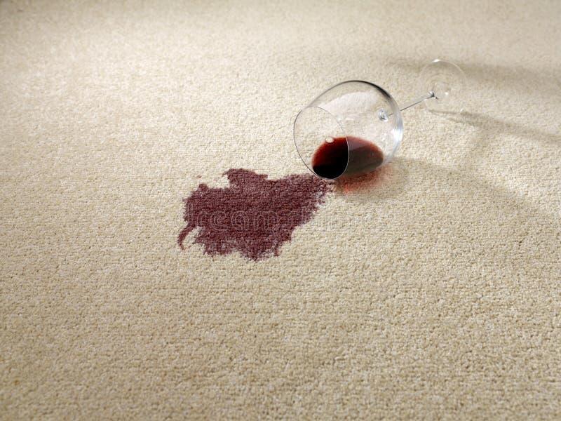 Rött vin som spills på matta arkivfoton