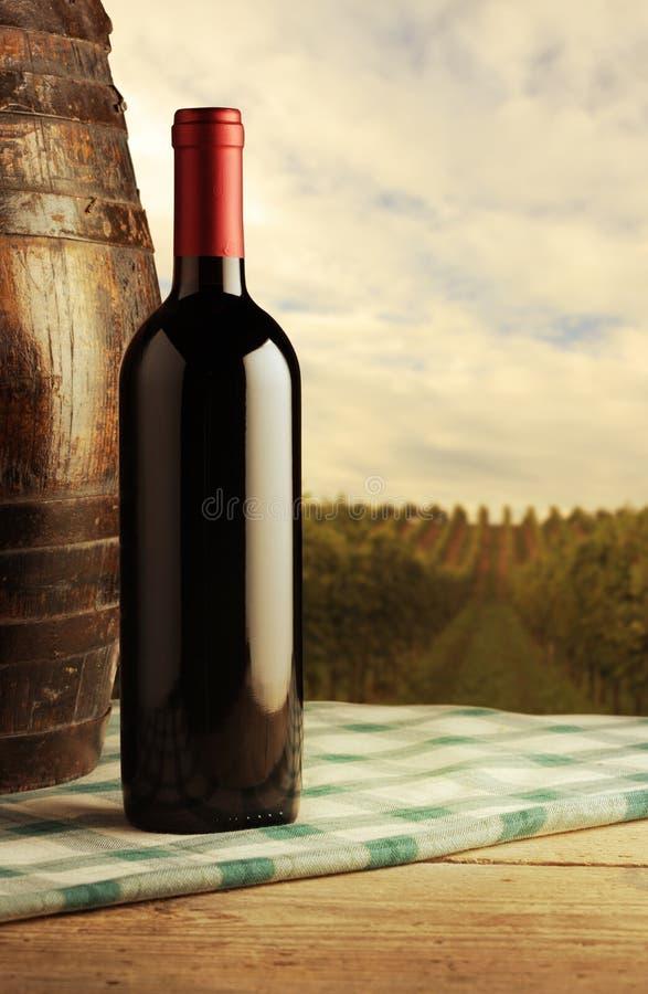 Rött vinflaska royaltyfria foton