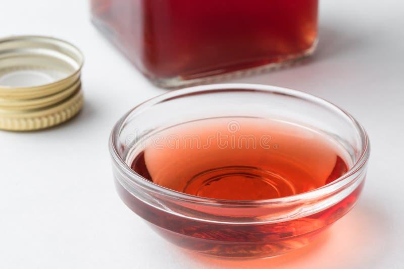 Rött vinvinäger i en förberedelsebunke arkivbilder