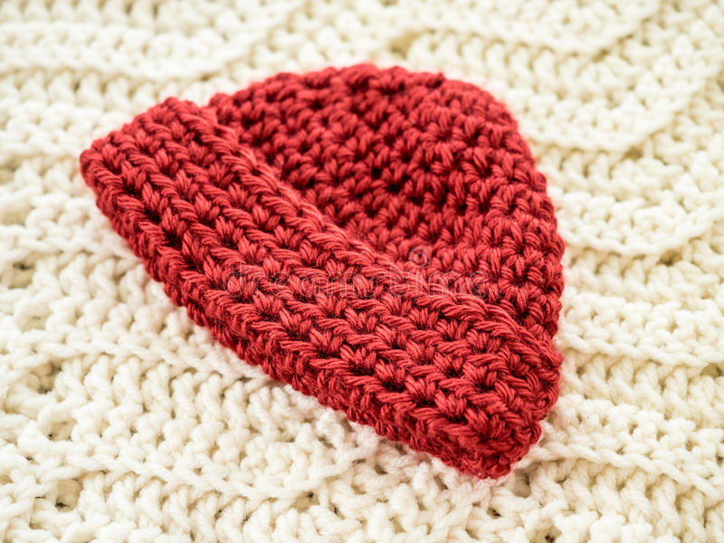 Rött virkat behandla som ett barn hatten royaltyfri bild