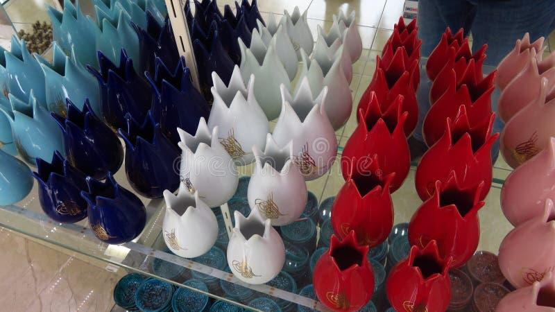 Rött, vit och den blått Tulpan-formade vasen i en souvenir shoppa royaltyfria bilder
