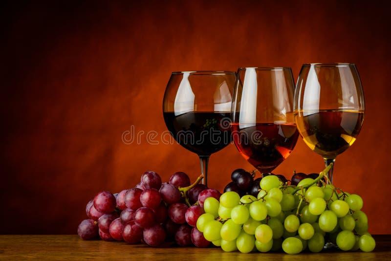 Rött, vit och Rose Wine med kopieringsutrymme arkivfoton