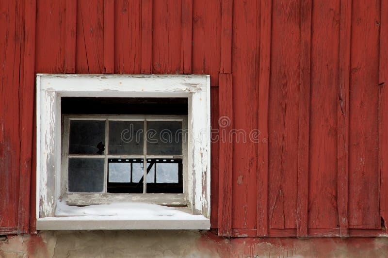 rött vitt fönster för ladugård arkivfoto
