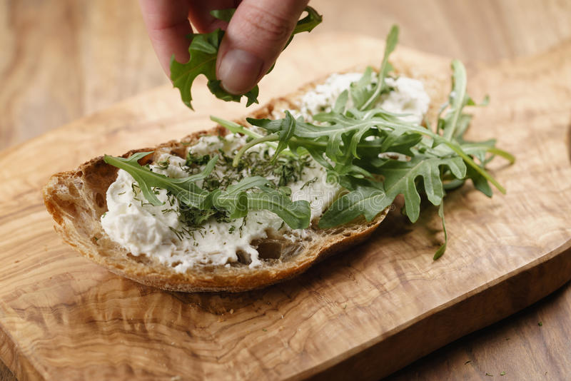Rúcula no pão rústico com queijo da ricota foto de stock royalty free